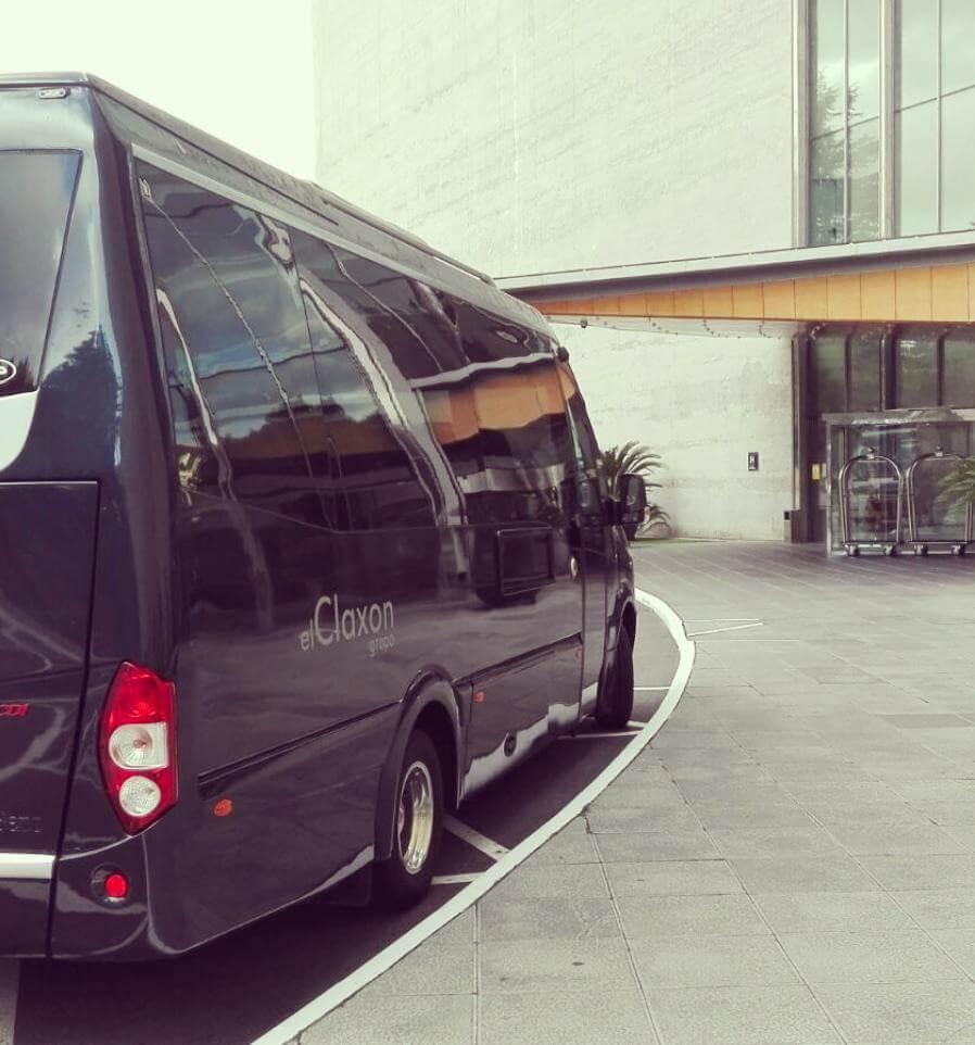 Lateral Microbús de alquiler en barcelona