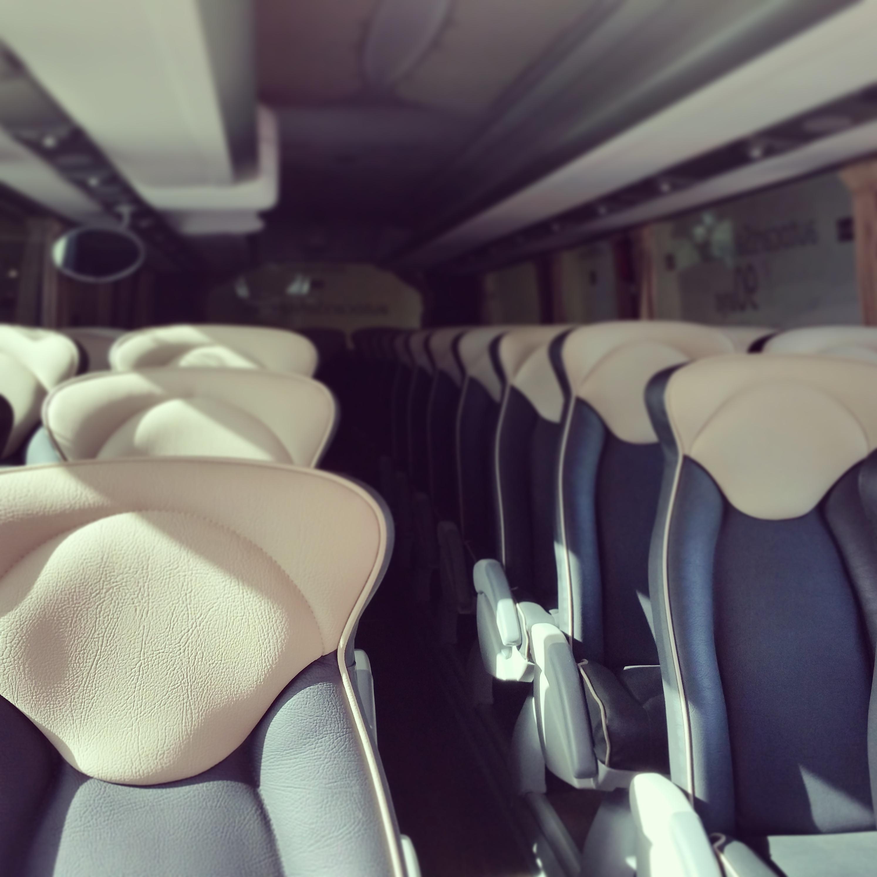 elClaxon interior autocar irizar i6 asientos piel barcelona