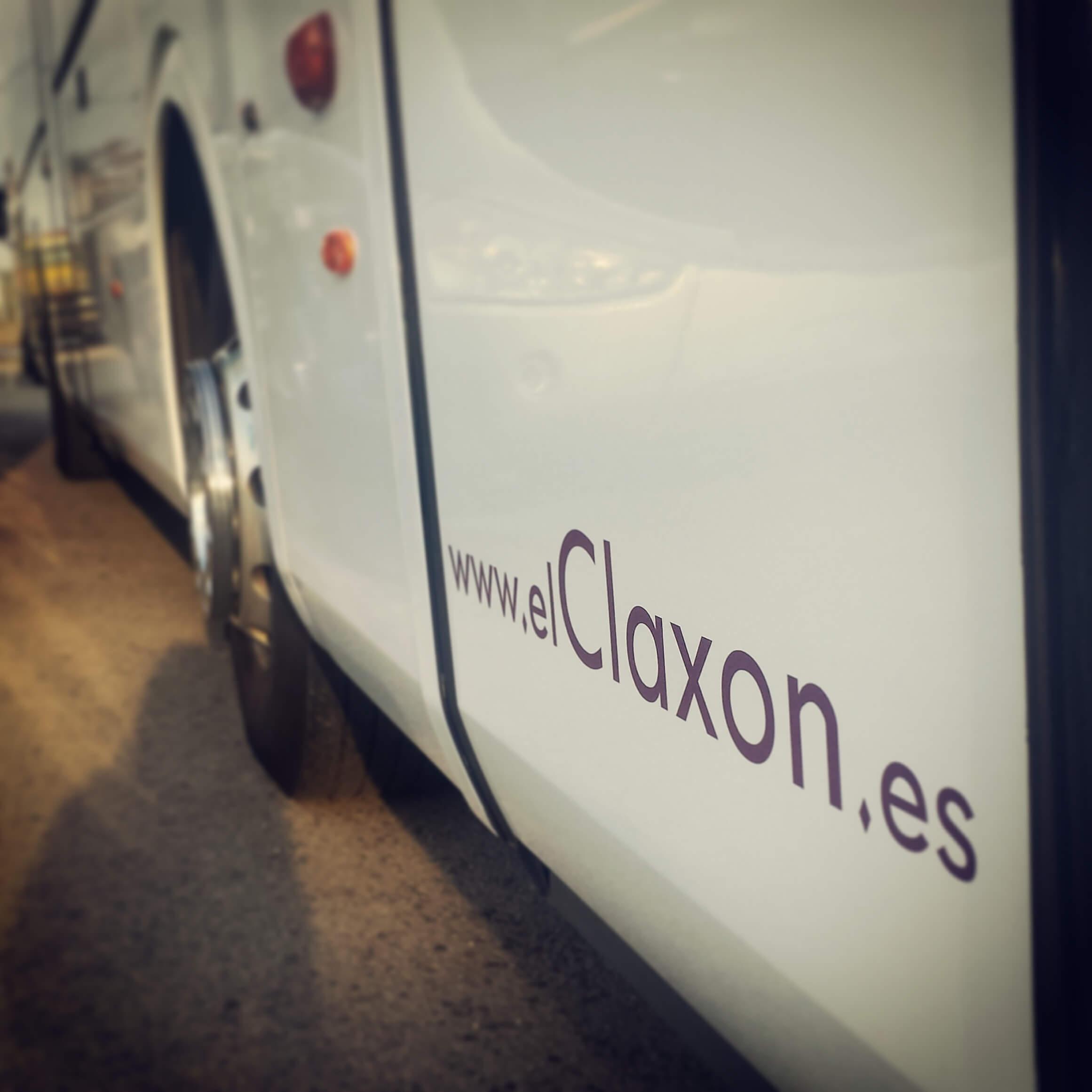 Autocar elClaxon exterior mail puerta Barcelona